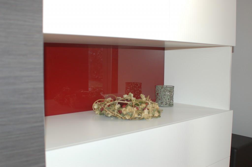 Detail Rückwand mit rückseitig lackiertem Glas Sikkens CO.45.20 rot