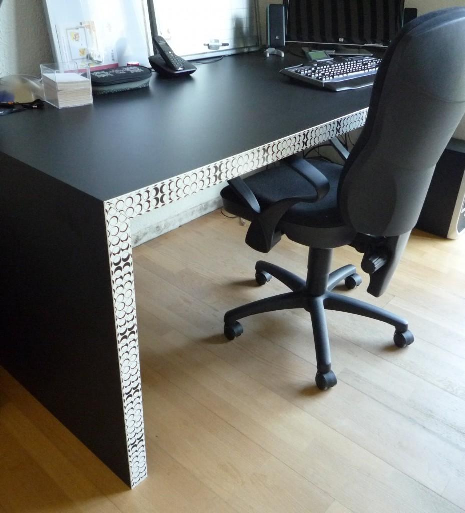 """Schreibtisch,  schwarzer Schichtstoff mit Designkante """"Kreise"""""""