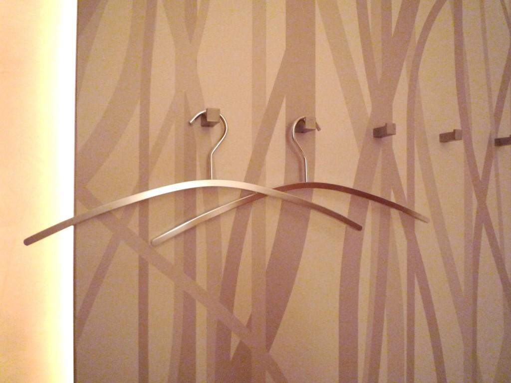 Detail Garderobe mit Papierdruck und lackierter Schutzbeschichtung