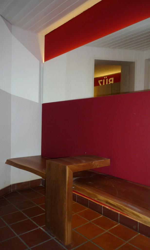 Sitzbank Rückenlehne Kunstleder rot, Sitzfläche Rüster mit natürlicher Baumkante