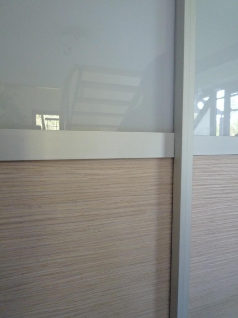 """Detail Garderobenschrank mit Eiche """"alpi wave"""" , Aluminium, lackiertes Glas"""